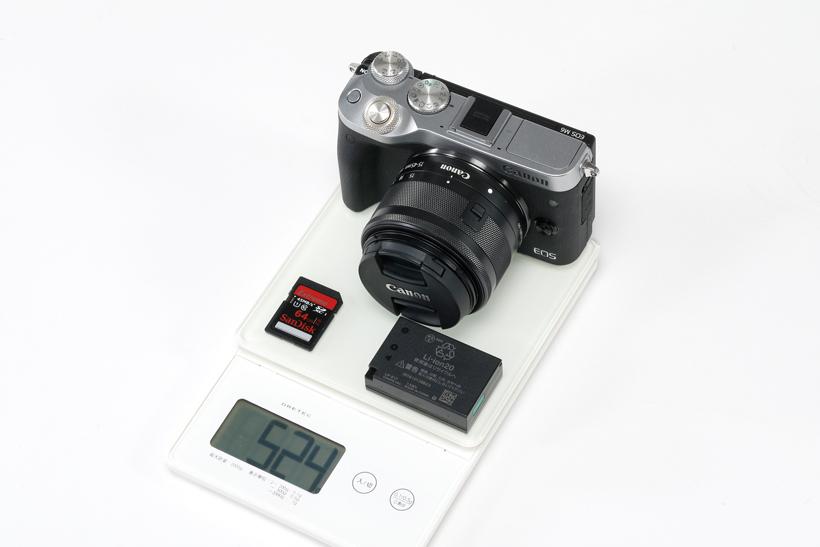 ↑レンズ付きボディとメモリーカード、バッテリーの合計質量は実測で524g。適度な重さでグリップが安定する