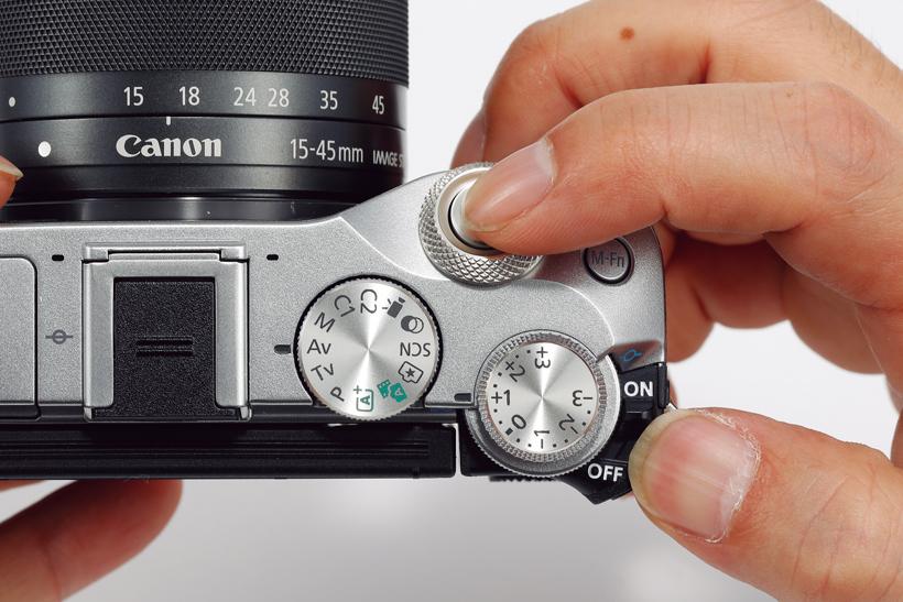 ↑電源ボタンは右手親指の位置にあり、シャッターに指をかけた状態で電源オンできる。レンズが沈胴式で、起動は2アクション