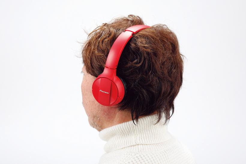 ↑ヘッドバンドとイヤパッドは幅広型。頭頂部に当たる箇所にクッションを備え、装着感は良好だ