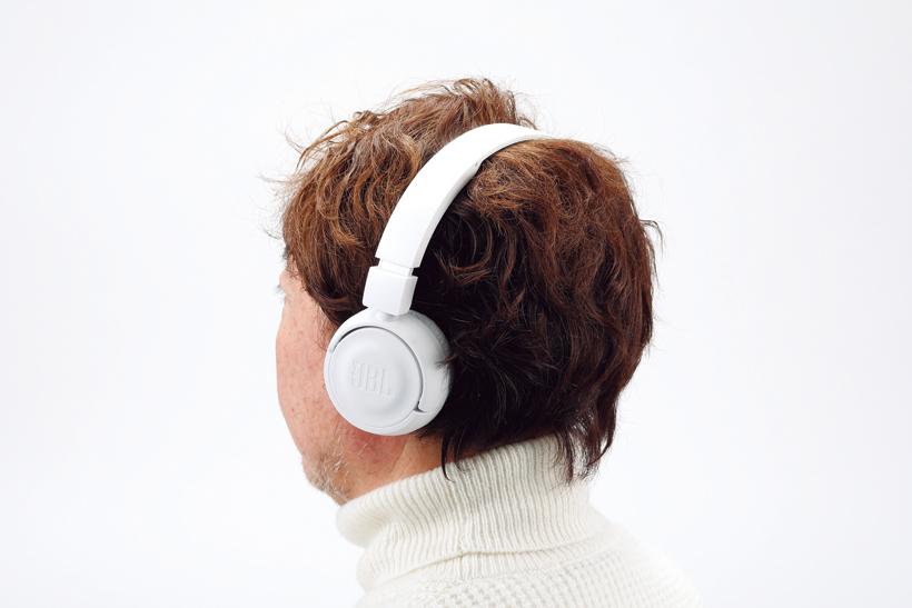 ↑柔らかく心地よい質感のイヤパッドを採用。側圧も適度で長時間の使用でも疲れにくい