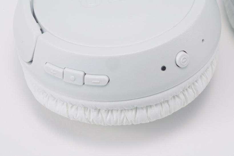 ↑イヤカップ部の操作ボタン。各ボタンの形状が異なるため、操作の間違いが少ない