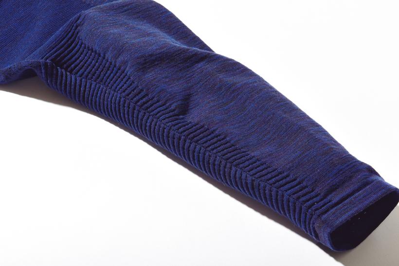 ↑細身のシルエットながら、適度な伸縮性を持つ素材を採用。動きやすさは申し分なし