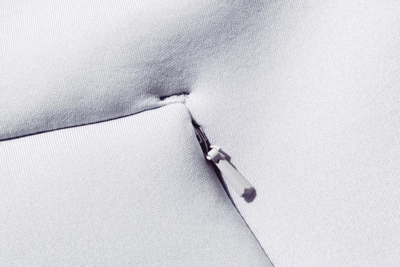 ↑特殊構造で形成されたジャケット。素材は柔らかいタッチと高い伸縮性を兼ね備える