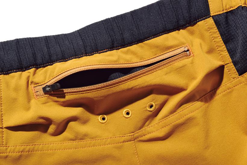 ↑ヒップの上部にジップポケットを装備。コインやカギの収納に重宝する実用的な仕様だ