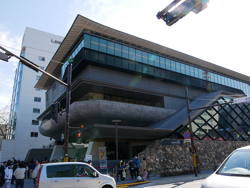 ↑高知城歴史博物館の外観。建物は3階立てで延べ床面積は6220㎡。高知県立文学館以来の高知県立博物館の船出となります。2019年3月末までは無休で営業予定とのこと
