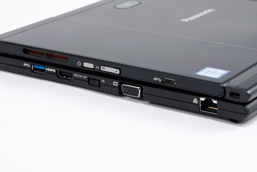 ↑有線LANポートを備えるほか、アナログディスプレイ出力も搭載。ビジネスシーンに必要な端子を網羅する