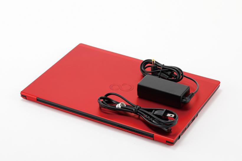 ↑極限まで軽量化を追求し、タブレット並みの軽さを実現。ACアダプタも小型で、携帯性は抜群だ
