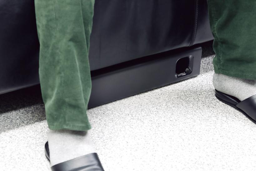 ↑サブウーファーをソファ下に設置可能。設定を「ソファモード」にするだけで、最適な音響効果が得られる