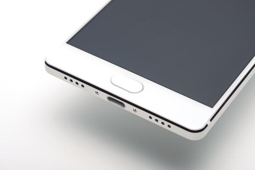 ↑指紋センサーを兼ねる「FREETELボタン」が便利。タップは「戻る」操作となる