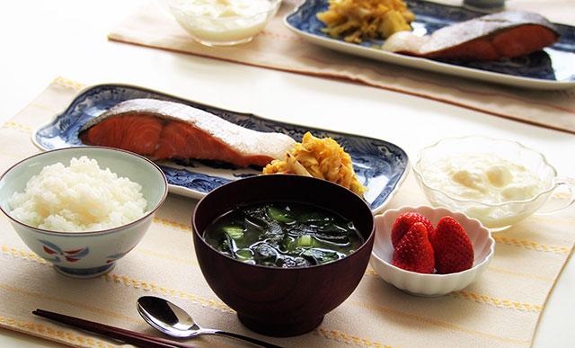 そこで和食に乳製品を添えるのなら、デザートとしてのヨーグルトがおすすめです。飲み物として牛乳をそえるよりも違和感がないですよね? ちなみに、ごはんに合う 主菜
