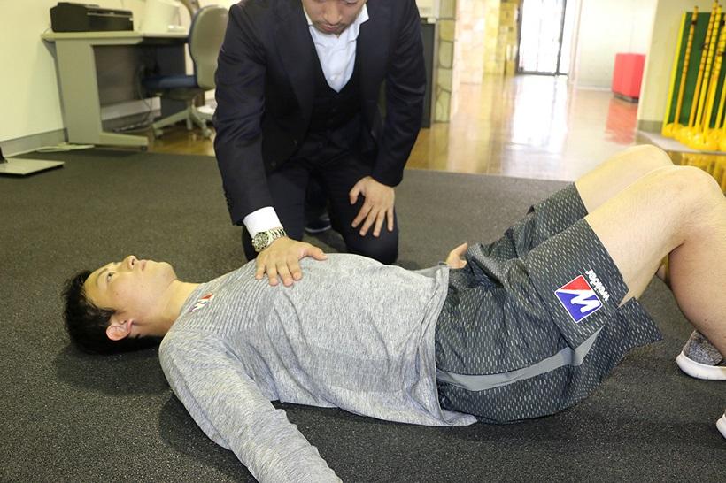 ↑胸に手を当て、胸が上下に動いていることがわかれば胸郭が持ち上がっている証拠。動かない時は両手で軽く胸(特に外肋間筋の付近)を軽くさすってみるとよい