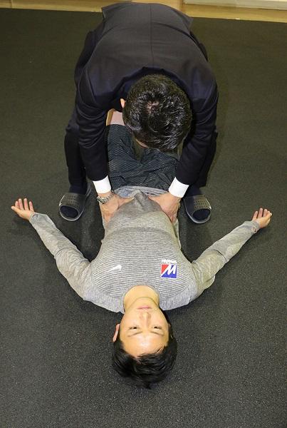 ↑横腹に手を当て呼吸に合わせて膨らむかをチェック。もちろん自分で手を当ててみてもOK。あまり動きがない人は、自分の呼吸に合わせてお腹の横(腹横筋)に沿って前(上)から後ろ(下)へと撫でてあげるとよい