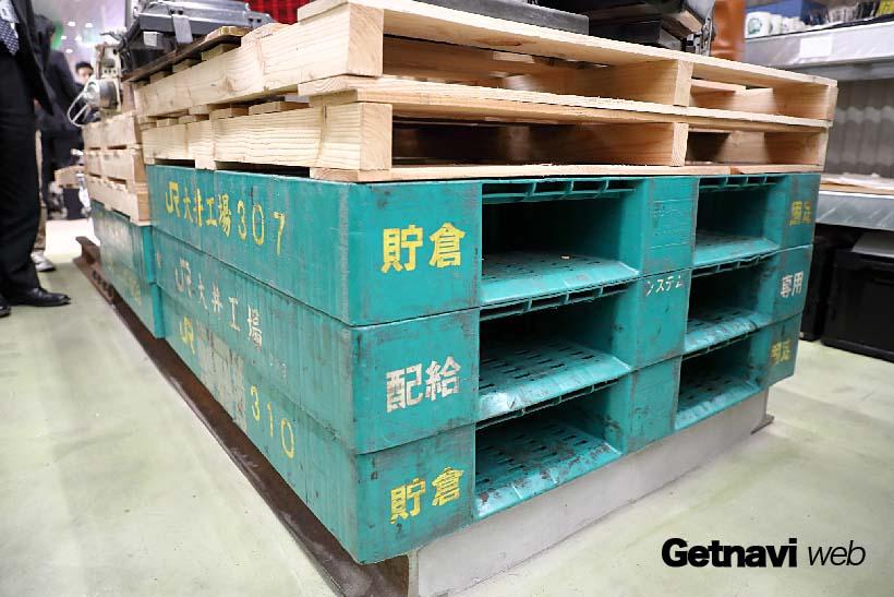 ↑鉄道古物を載せる台には、JR大井工場で実際に使われていた「パレット」が使用されていた
