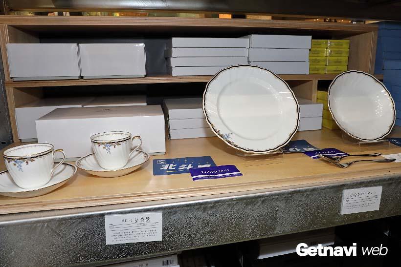↑「北斗星」の食堂車「グランシャリオ」の食器を復刻、洋食器やペアコーヒーカップなどを販売