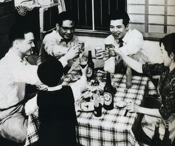 ↑1973年頃の家庭でビールを楽しむ様子。この頃、市場に出回っていたのは熱処理のビールのみで、「赤星」の愛称でも知られる「サッポロラガービール」が飲まれていることがわかる