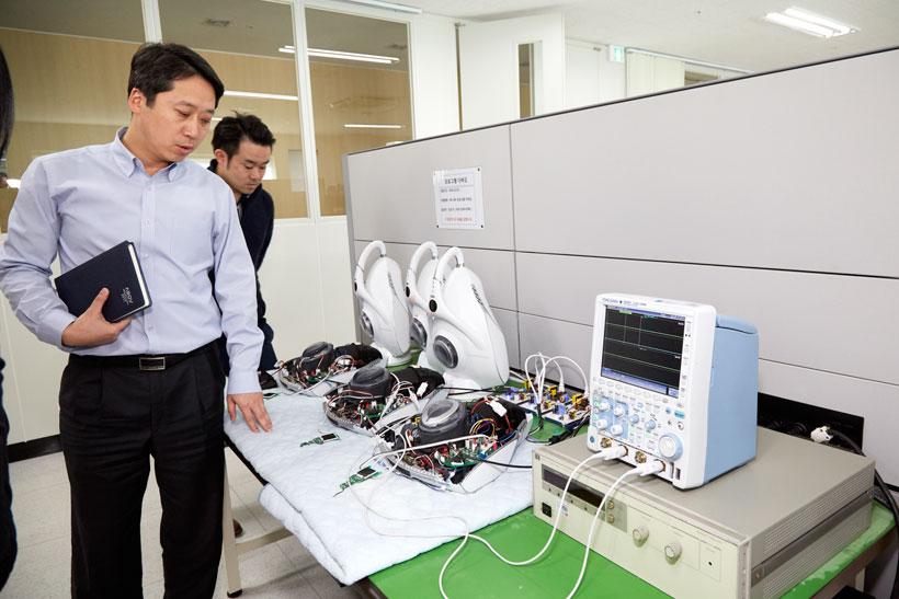 ↑さまざまな実験専用器具が並ぶR&Dセンター。専門スタッフが日々ダニや菌について実験を行っています