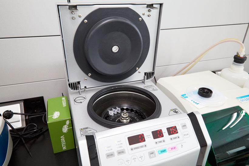 ↑イライザ用の実験エリアの一部。遠心分離機や特定の薬剤を洗い流すだけの専用機器、イライザ専用のプレート読み取り機などがズラリと並びます
