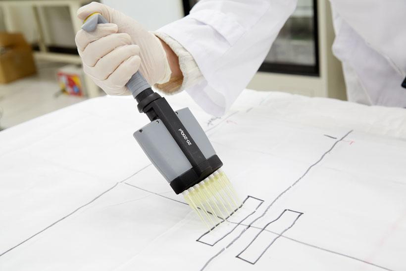 ↑アクネ菌を溶かした溶剤を、2枚の布に均等に滴下します。滴下量が同量になるよう、実験用のマルチピポットを使用