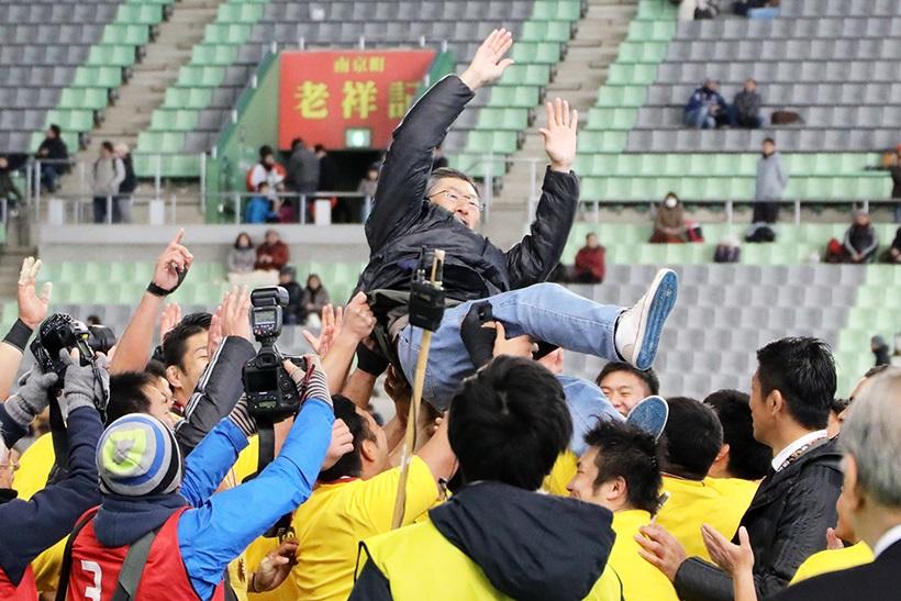 ↑1月14日、神戸製鋼に勝ちトップリーグ優勝を決めたサンゴリアスは、サントリー佐治会長を胴上げした