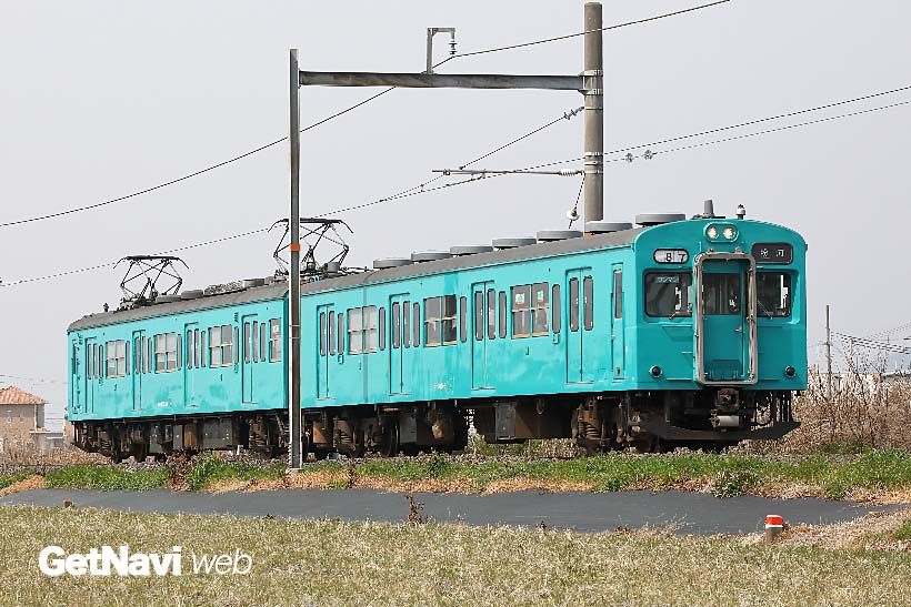 ↑和歌山線を2両編成で走る105系。地方の電化路線用に新造、一部は103系を改造して造られた