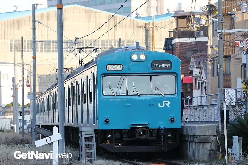↑和田岬駅に停車する103系。電車は朝夕のみの運行。工場に通う人たちにとっては欠かせない路線でもある
