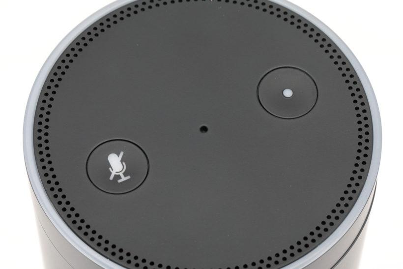 ↑ボタンは天面に電源とマイクオフの2つだけ。音声を捉えるマイクは円周に沿ってレイアウトされている