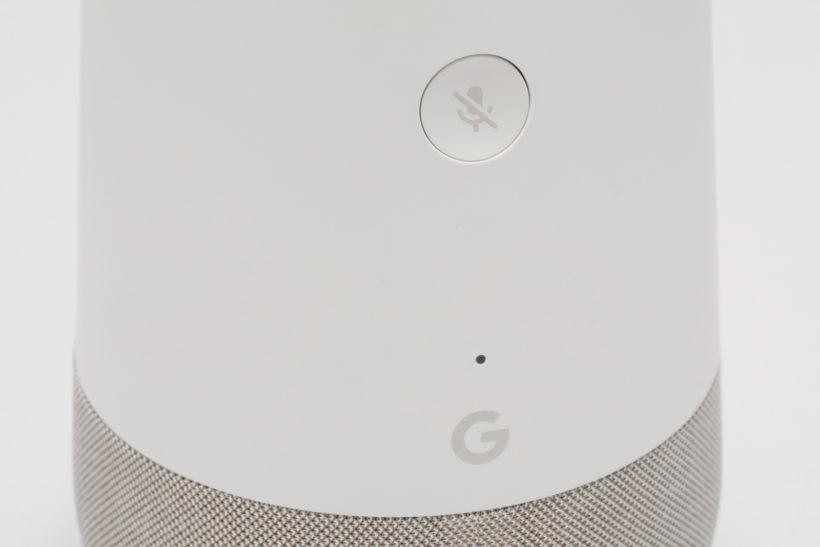 ↑ 唯一の物理ボタンであるマイクオフボタンは本体背面に搭載。マイクは天面両サイドに2つ配置している