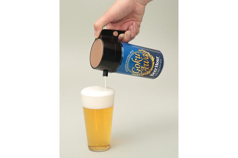 ↑プルトップを空けた缶にかぶせ、ボタンを押しながら注ぐだけ。単4形乾電池を2本使用