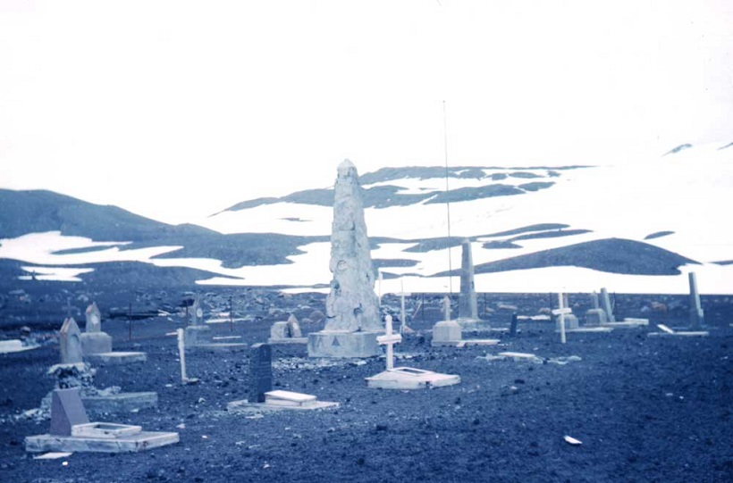 ↑デセプション島は南極観測基地や漁師の拠点がある。写真は「鯨の慰霊碑」