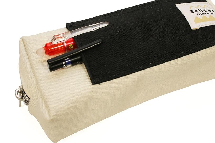 ↑外ポケットも内側はビニル張り。ノック式ペンの先をしまい忘れて挿しても安心だ