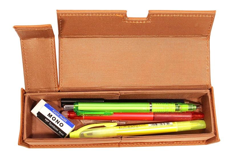 ↑横置き状態は普通のペンケース。ハードケースなので、筆記具は無理せずほどほどに入れるのがポイント