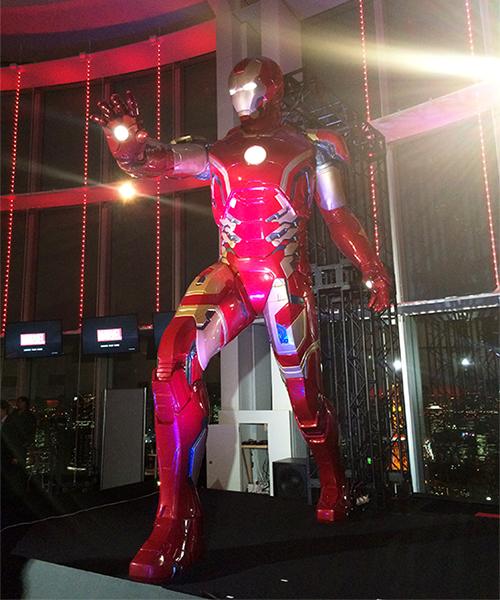 ↑メインエントランスにある日本初公開となる5mのアイアンマン。日没から22時まで、30分置きに開催されるライトショーは撮影もOKだ!