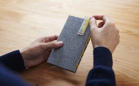 最高に便利! 本やノートを開くのがグッと楽になる「クリップ式付箋」のアイデアが鋭い【文房具でモテるための100の方法】