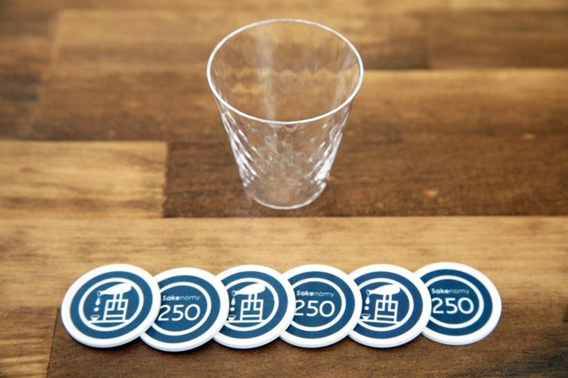 ↑セットの内訳は、お酒と食事に使える1枚250円コインが6枚分。そして「松徳硝子」の薄張りグラスももらえます。なお平日12:00~16:00はハッピーアワーで、お酒用コインが1枚プラス!