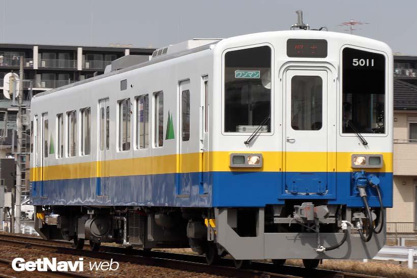 ↑関東鉄道のキハ5010形は青色、黄色、白色の華やかな3色の塗り分けで目立つ