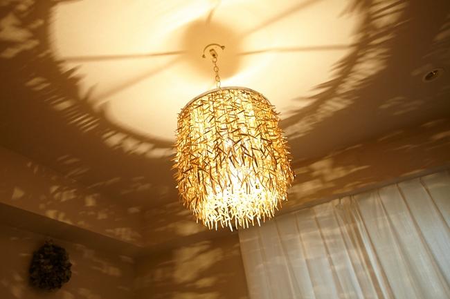 ↑ ベッドの真上に位置するのは、部屋の壁に幻想的な影を映し出す、ヴィンテージの照明。それ自体のインパクトもさることながら、窓から差し込む陽が暮れていくにつれ、変化していく表情に時が経つのも忘れてしまいそうです
