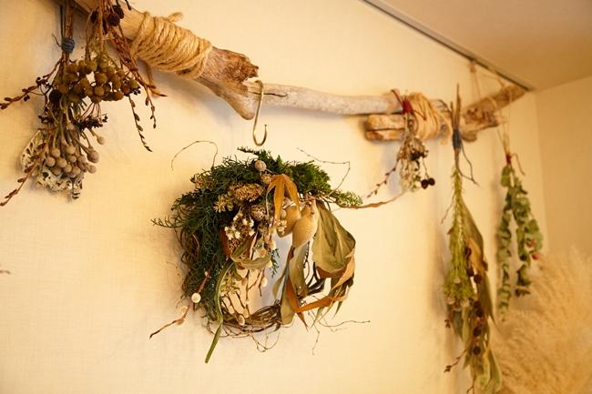 ↑流木×ドライフラワーの自然素材をアレンジメントした大橋さんオリジナルの装飾が、リビングのアクセントに