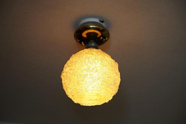 ↑ヴィンテージの風合いが素敵な一灯のスパゲティライトの合わせ技はセンス抜群!