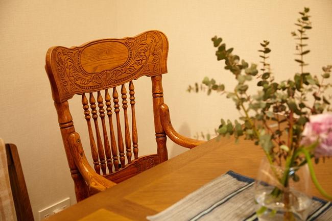 ↑4〜6人用のダイニングテーブルには、繊細なデザインと曲線が美しいヴィンテージのチェアが。デザインや質感が異なる物を上手く組み合わせ、洗練された印象です