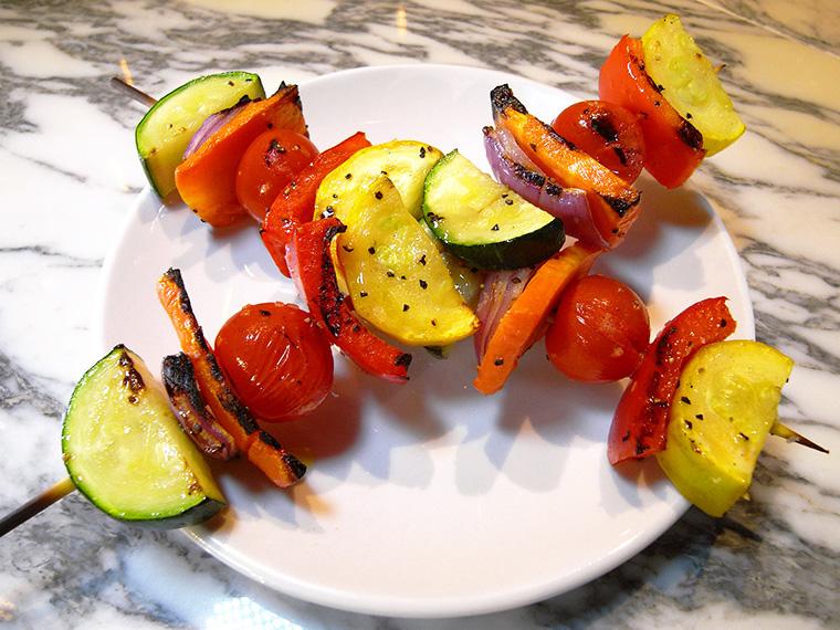 ↑ユニークなサイドメニュー「ベジスキュワ」(324円・税込)。オリーブオイルと塩コショウでサッと野菜をグリルした、シンプルだがカラフルな一品