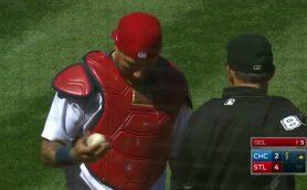 こんなことってある? MLB屈指の捕手がボールを「消した」!