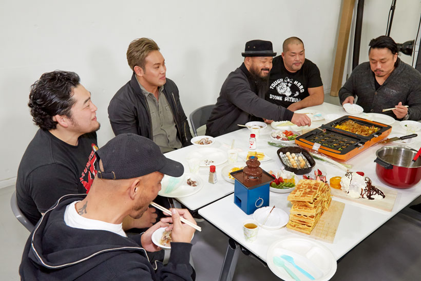 ↑メンバーと料理を楽しむ外道選手