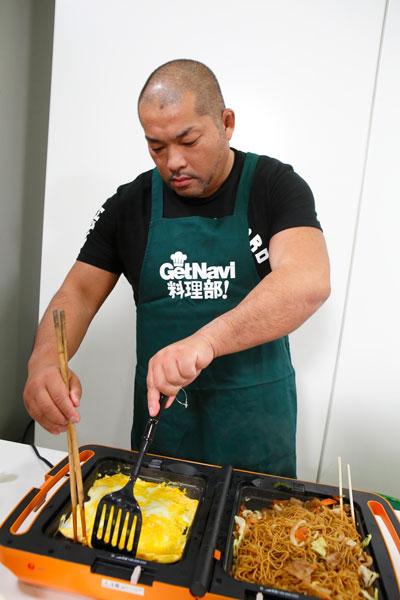 ↑焼きそばを作りつつ、反対のプレートで薄焼き卵を作ります。自分で自炊をするというだけあり、惚れ惚れするような手際の良さ! 矢野選手に「おっちゃん、焼きそばいくら?」とイジられ、「300円…」とコワモテの屋台のお兄さんを演じる一面も