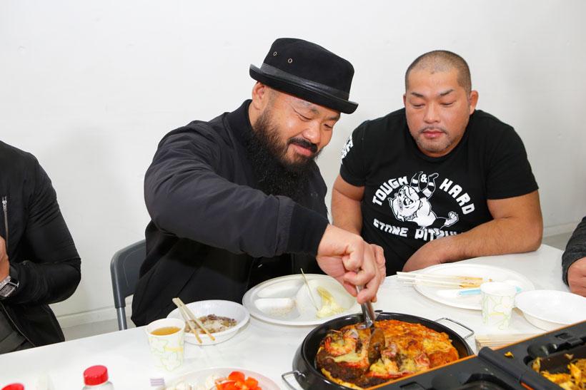 ↑石井選手が作ったピザを楽しそうにカット。石井選手はちょっと不安そう?