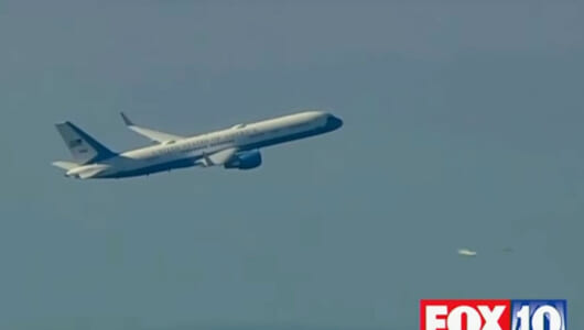 【ムーUFO情報】トランプへの警告か? 祝福か? 大統領専用機を追った映像にUFOが映り込む!