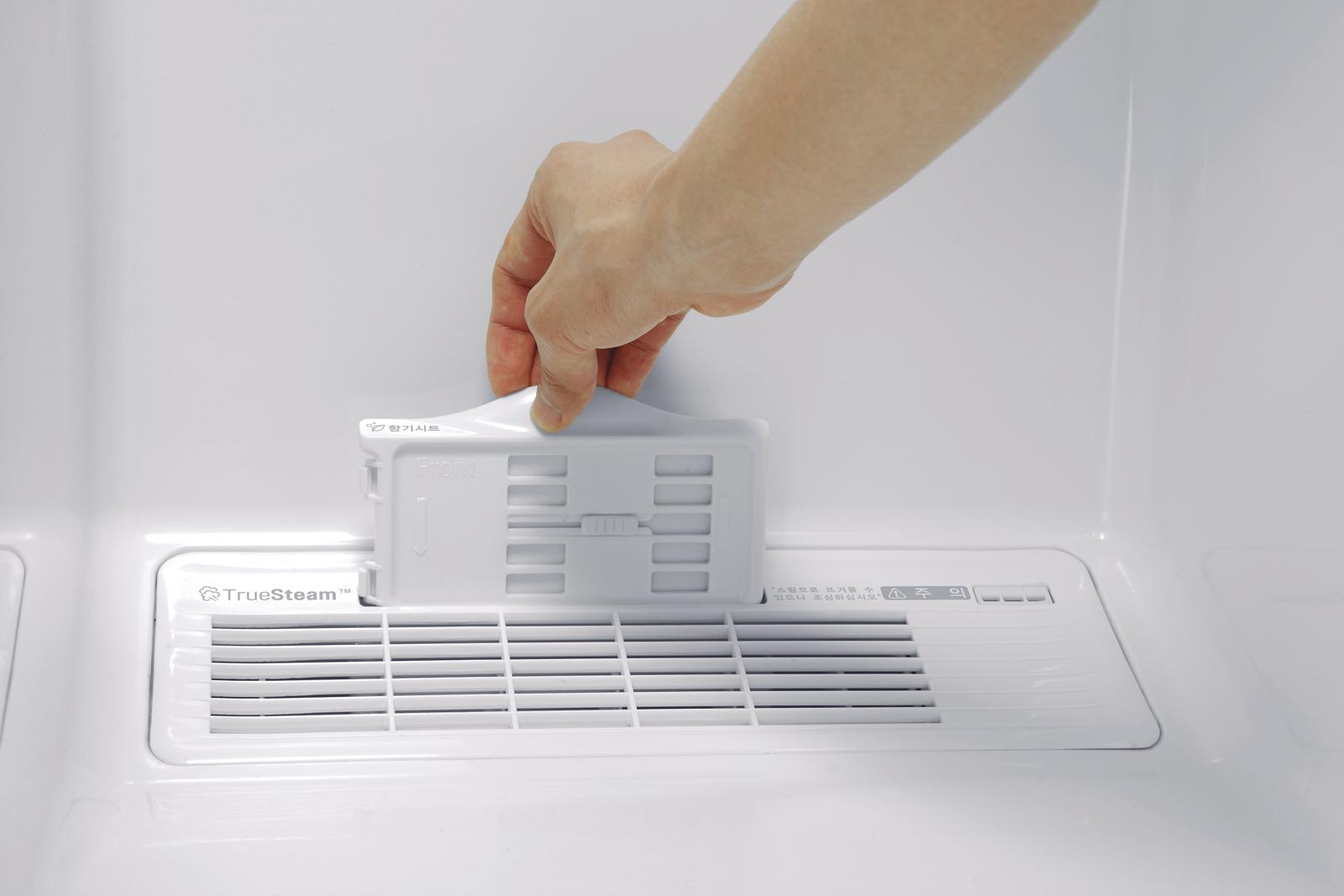 ↑ アロマシートをセットして衣類に香り付けが可能。香水を付けたコットンも設置できる