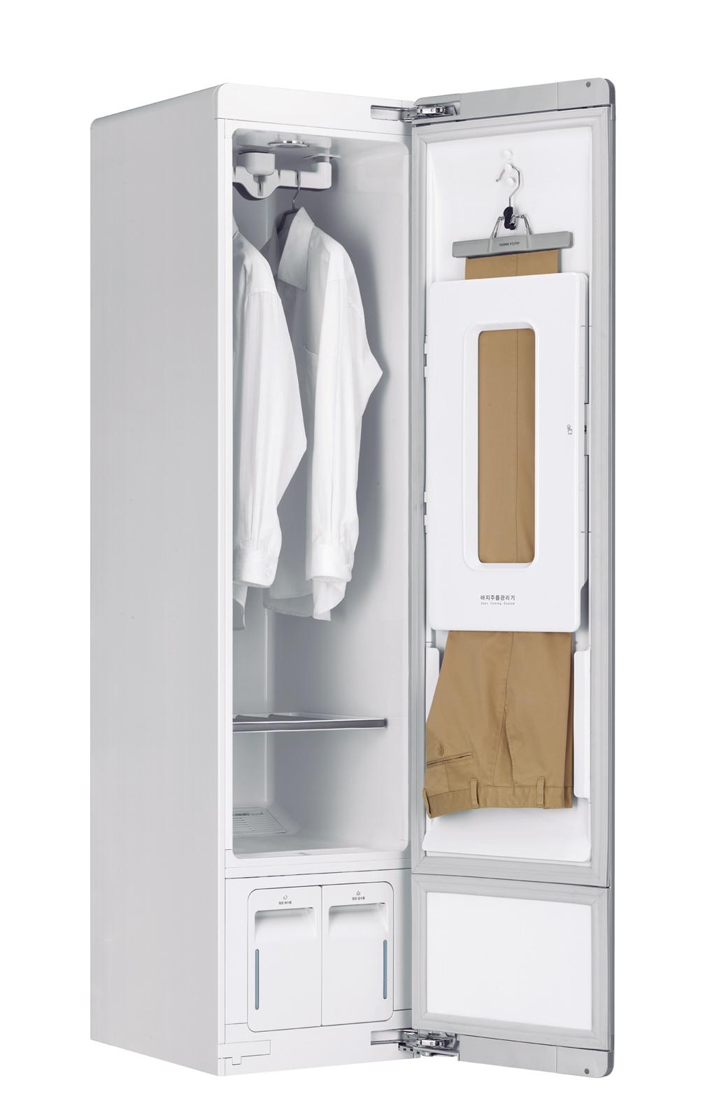 ↑ ドア側でズボンの折り目ケアが可能。シワを取りつつ、クリース(折り目)は残せる