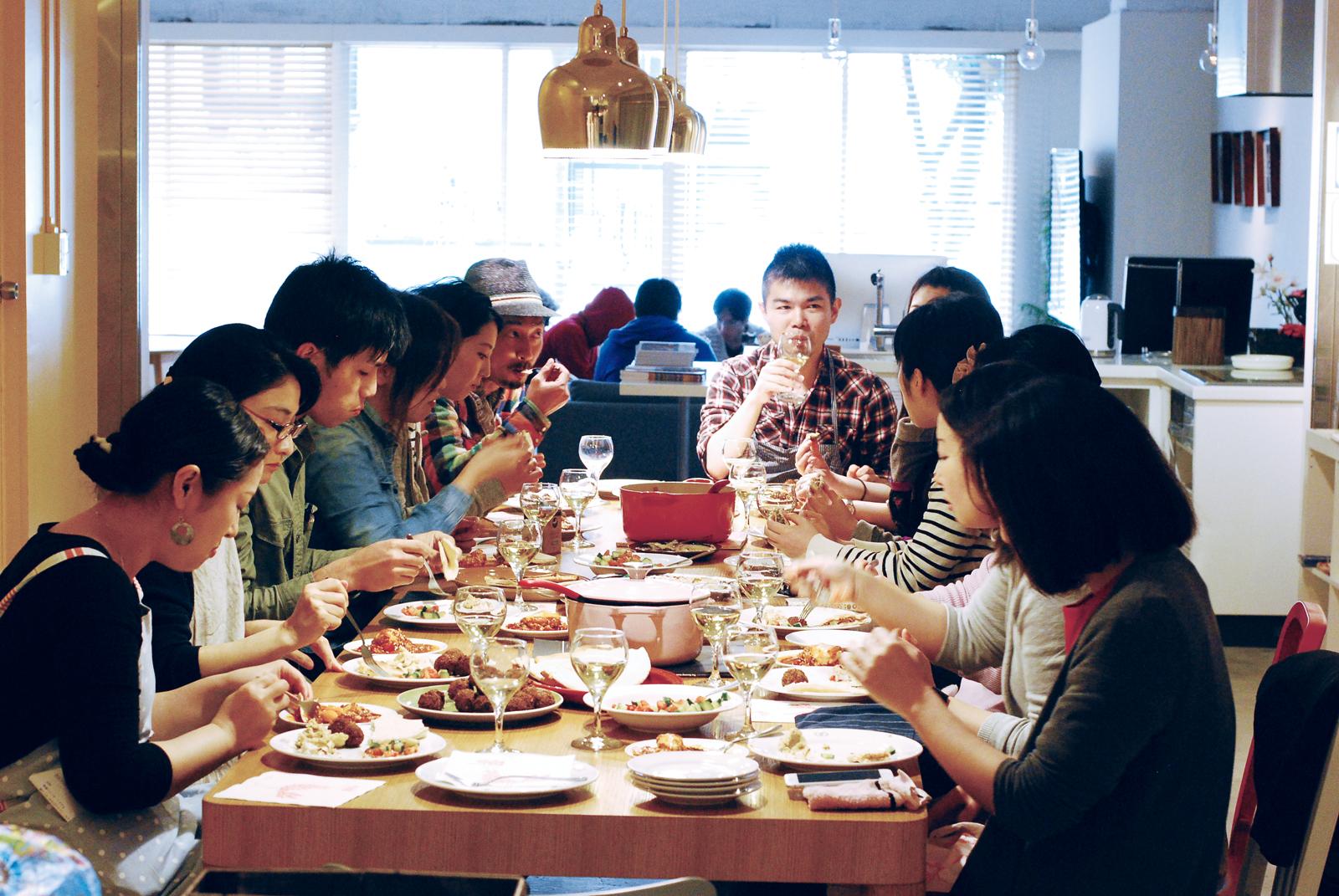 ↑ 参加者は年齢、性別、職業と多種多彩。料理を食べたり作ったりしながら、楽しく交流できるのも魅力だ
