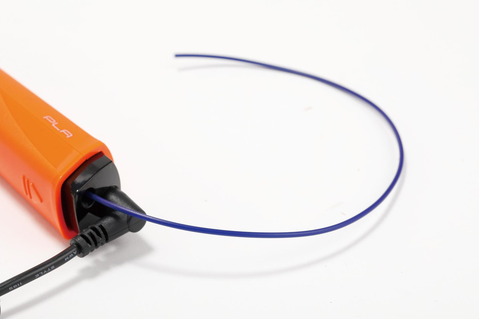 ↑ フィラメントをペンの後端に差し込んで使う。フィラメントの交換は非常にスムーズで、軸内での色混じりも少ない