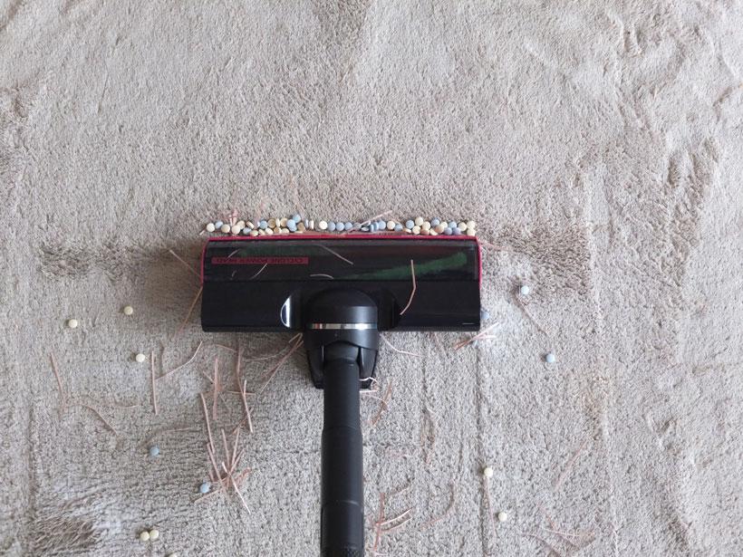 ↑まず、ゴミの中央部を掃除。タブレットがヘッドの下の隙間に入り込めず、どんどん前に押し出されるかたちになっています